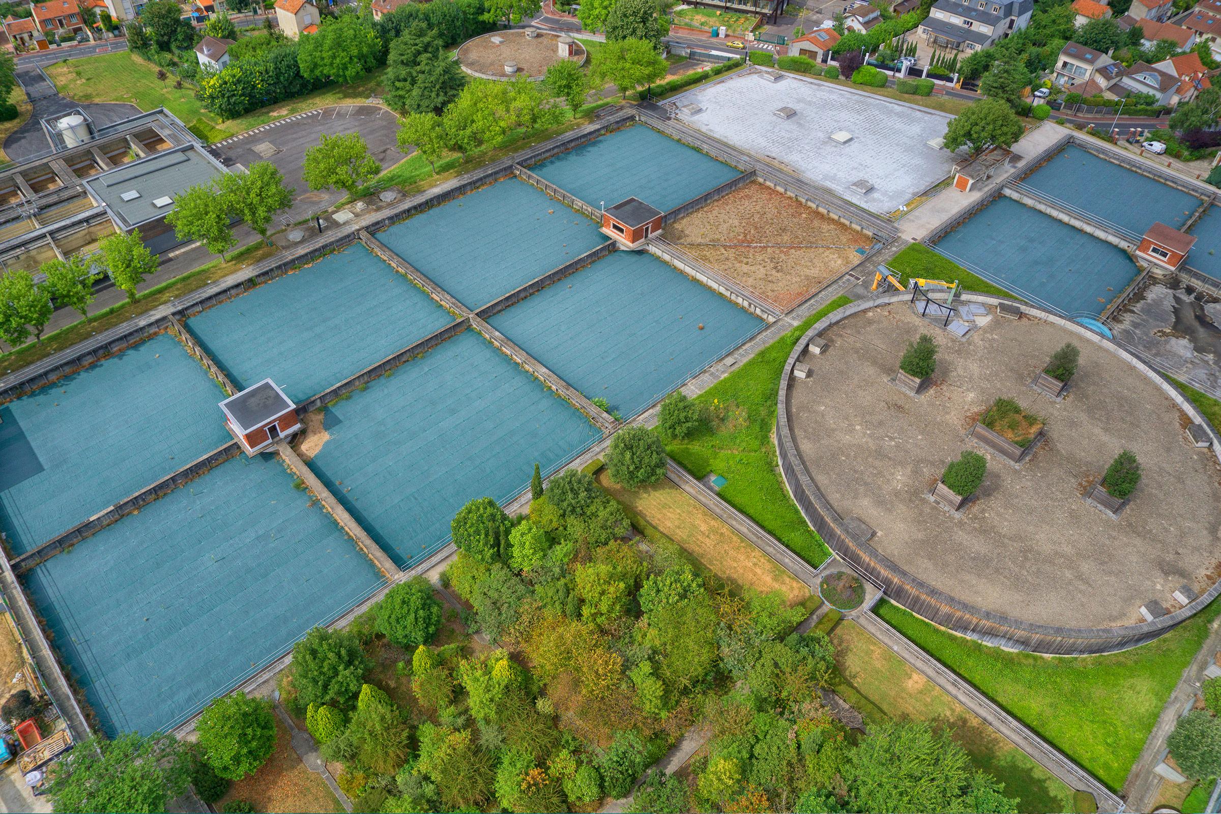 Vue aérienne des bassins de traitement et de certains réservoirs de stockage